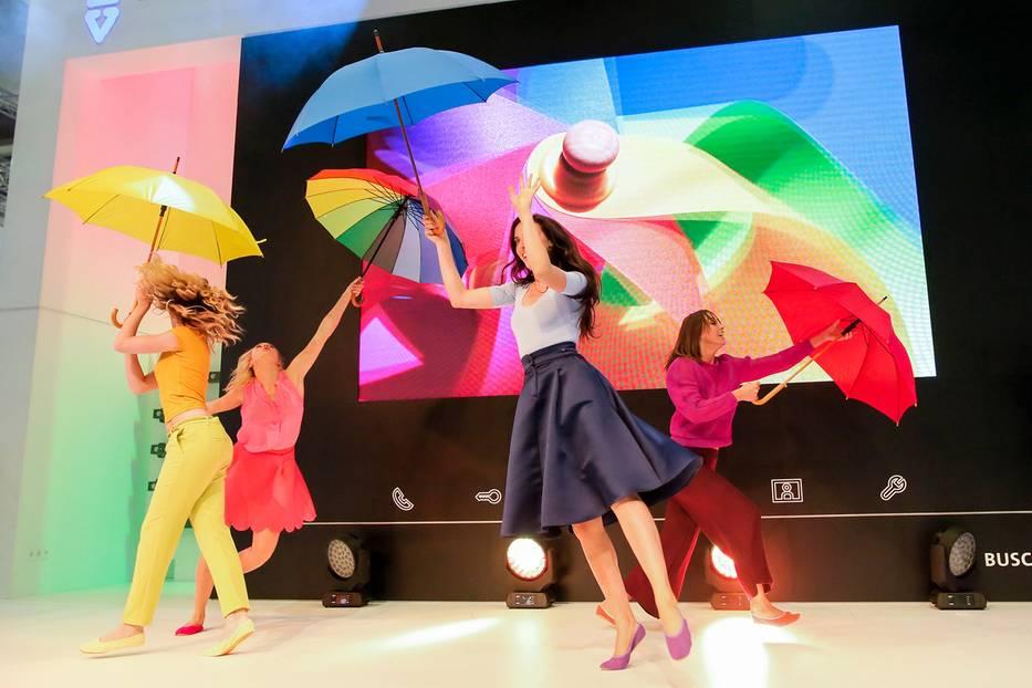 Mode-Trends: Buntes Treiben auf der IFA in Berlin: Zusammen mit Partner Busch-Jaeger zeigte BRIGITTE eine Mischung aus Akrobatik, Mode und Performance. Schuhe über gymhall.de