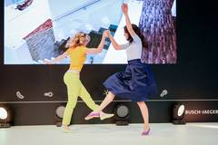 Das Outfit für die blaue Stunde: Top von H&M, Rock von Elisabetta Franchi und Schuhe von Ilse Wahl über gymhall.de.