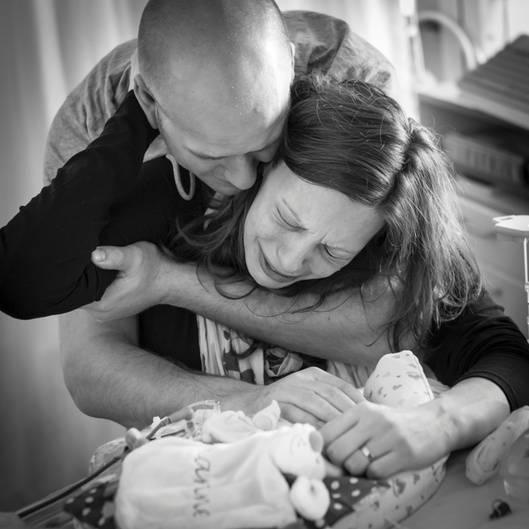 Das eigene Kind beim Sterben zu begleiten, ist die größte Tragödie im Leben von Eltern. Charlotte und Sebastiaan stützen sich gegenseitig am Bettchen ihres Kindes.