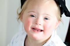 """Seit März 2015 fotografiert Jenny Klestil ehrenamtlich Familien, die mit dem Down-Syndrom leben. Aus einer kleinen Idee ist mittlerweile ein großes Projekt geworden. Nahezu 50 Familien hat die Fotografin in """"Glück kennt keine Behinderung"""" porträtiert. Die bisherigen Fotos werden nun deutschlandweit in Ausstellungen zu sehen sein. Zweck der Aktion ist es, Ängste und Hürden abzubauen und es den Familien zu ermöglichen, schöne und authentische Bilder von sich und ihren Liebsten zu haben, bei denen die Behinderung keine Rolle spielt. Außerdem soll auf eine tolerante und bunte Gesellschaft aufmerksam gemacht werden, in der Menschen mit einer Behinderung als natürlich glücklich wahrgenommen werden. Um dieses Fotoprojekt weiter ehrenamtlich fortzuführen, hat Jenny Klestil eine Crowdfunding-Aktion ins Leben gerufen, deren Erlöse zu 100% in das Projekt fließen. Ziel ist es, möglichst vielen Familien ein Fotoshooting zu ermöglichen. Die Aktion läuft noch bis zum 10.08.2015 und ist hier hier zu finden. Glück kennt eben keine Behinderung - und das wird auf diesen Fotos mehr als deutlich!"""