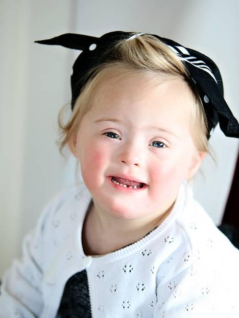 """Fotoprojekt: Seit März 2015 fotografiert Jenny Klestil ehrenamtlich Familien, die mit dem Down-Syndrom leben. Aus einer kleinen Idee ist mittlerweile ein großes Projekt geworden. Nahezu 50 Familien hat die Fotografin in """"Glück kennt keine Behinderung"""" porträtiert. Die bisherigen Fotos werden nun deutschlandweit in Ausstellungen zu sehen sein.     Zweck der Aktion ist es, Ängste und Hürden abzubauen und es den Familien zu ermöglichen, schöne und authentische Bilder von sich und ihren Liebsten zu haben, bei denen die Behinderung keine Rolle spielt. Außerdem soll auf eine tolerante und bunte Gesellschaft aufmerksam gemacht werden, in der Menschen mit einer Behinderung als natürlich glücklich wahrgenommen werden.    Um dieses Fotoprojekt weiter ehrenamtlich fortzuführen, hat Jenny Klestil eine Crowdfunding-Aktion ins Leben gerufen, deren Erlöse zu 100% in das Projekt fließen. Ziel ist es, möglichst vielen Familien ein Fotoshooting zu ermöglichen. Die Aktion läuft noch bis zum 10.08.2015 und ist hier hier zu finden.     Glück kennt eben keine Behinderung - und das wird auf diesen Fotos mehr als deutlich!"""