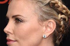 Stars mit Flechtfrisuren: Charlize Theron