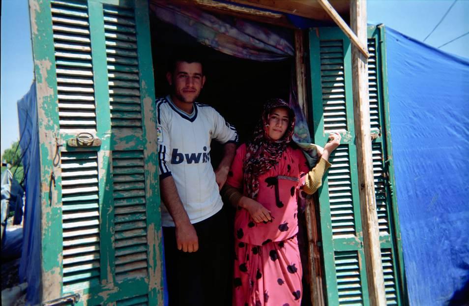 Ein Paar und ihre Unterkunft