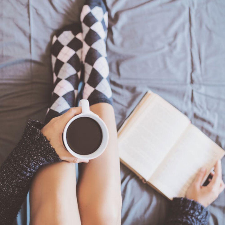 Kalt draußen? Und dunkel? Regnet es vielleicht auch mal wieder? Sehr gut! Dann holt euch schnell ein heißes Getränk und macht es euch in eurer Lieblings-Lese-Ecke gemütlich: Mit diesen Büchern wird euer Lese-Herbst ein echtes Erlebnis!