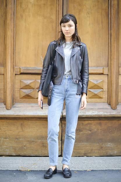 Trend-Check: Der coole James Dean-Look vergeht nie: Mom-Jeans, T-Shirt, Lederjacke und Loafer.