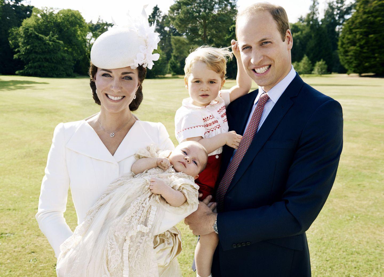 Ein paar Bilder durften wir von der royalen Taufe von Baby Charlotte Elizabeth Diana schon sehen. Zu niedlich war es, wie der große Bruder Baby George die Feier begleitete! Jetzt wurden die offiziellen Taufbilder vom Kensington Palace veröffentlicht - aufgenommen von Star-Fotograf Mario Testino.