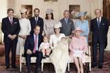 Queen Elizabeth sitzt neben Prinz William, Prinz George, Herzogin Catherine und Prinzessin Charlotte. Dahinter von links nach rechts Michael Middleton, Catherines Schwester Pippa Middleton, James Middleton, Carole Middleton, Prinz Charles, Herzogin Camilla und Prinz Philip.