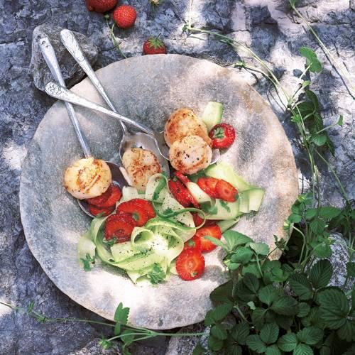 Exotische Vorspeise: Muscheln im Salatbett aus Gurke und Erdbeeren, gewürzt mit Ingwer und Koriander.Zum Rezept: Jakobs-Muscheln mit Erdbeer-Gurken-Salat