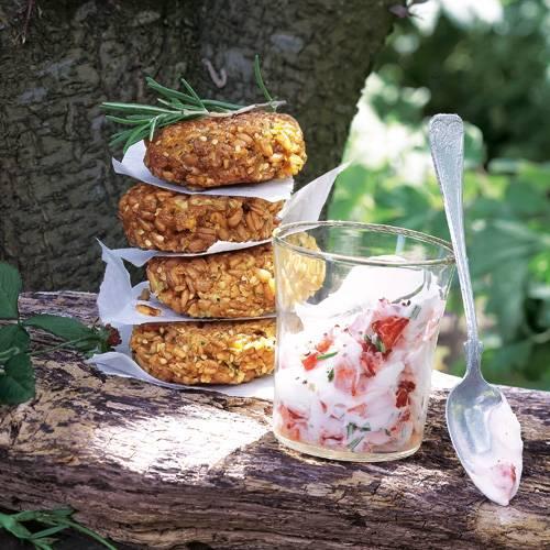 Vegetarisches Highlight in der Erdbeerzeit: ein Dip aus Erdbeeren, Crème fraîche und Rosmarin zum würzigen Getreide-Bratling. Zum Rezept: Bratlinge mit Erdbeer-Rosmarin-Creme
