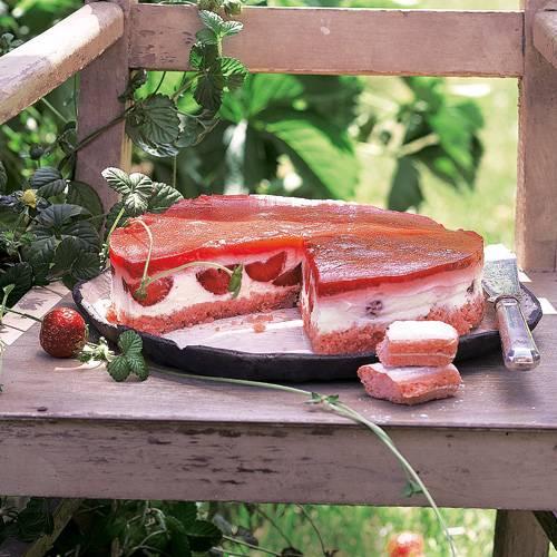 Ohne Backen: Erdbeer-Frischkäse-Kuchen mit rosa Löffelbiskuits.Zum Rezept: Erdbeer-Frischkäse-Kuchen