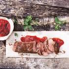 Scharf-süße Sache: Chutney aus Erdbeeren und rotem Chili zu zarten gebratenen Lammlachsen. Zum Rezept: Erdbeer-Chutney mit Kakao-Lammlachsen