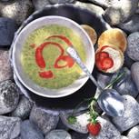 Raffiniertes Topping in der Erdbeerzeit: selbst gemachtes Erdbeer-Öl auf der Creme aus Kopfsalat, Möhren, Porree und Kartoffeln. Zum Rezept: Kopfsalat-Suppe mit Erdbeer-Pfefferöl