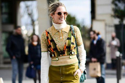 Bloggerin trägt gelbe Palazzo-Hose