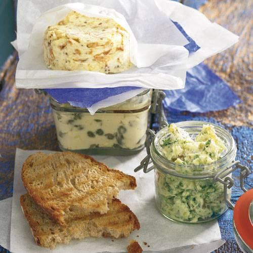Wir schlagen zur Auswahl vor: kandierten Ingwer und Petersilie oder Kapern oder Röstzwiebeln. Aber falls Ihnen noch etwas anderes einfällt: Butter ist für mehr bereit. Am schnellsten wird's fertig, wenn die Butter beim Unterrühren nicht zu hart ist. Zum Rezept: Ingwerbutter, Zum Rezept: Kapernbutter, Zum Rezept: Zwiebelbutter
