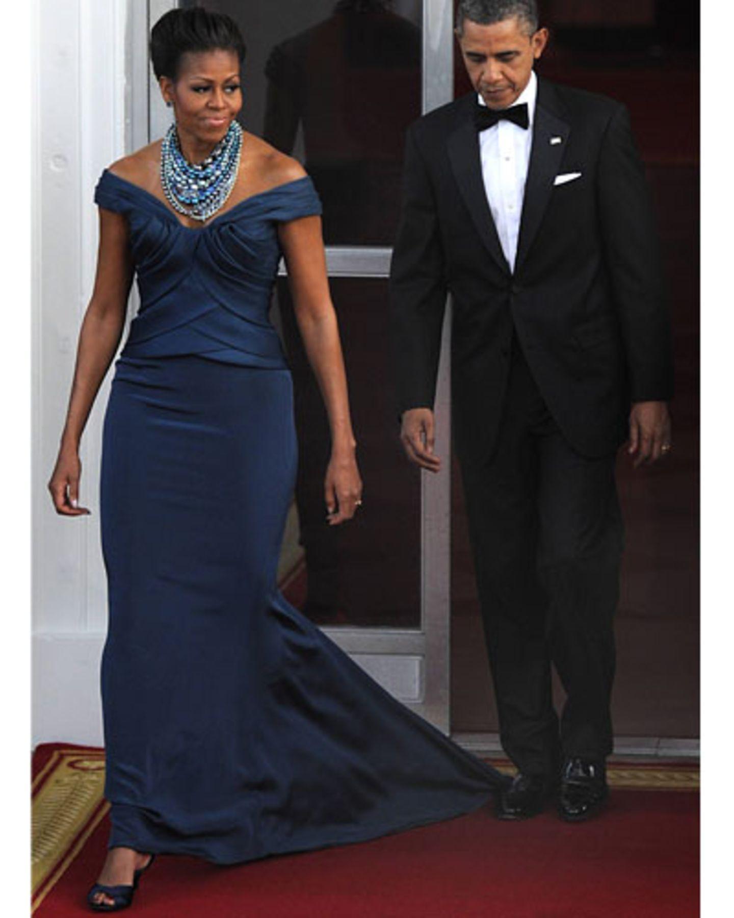 Auf dem Weg zum Staatsdinner ins Weiße Haus. Michelle trug eine petrolblaue Robe von Marchesa, das Halsgeschmeide ist von Tom Binns.