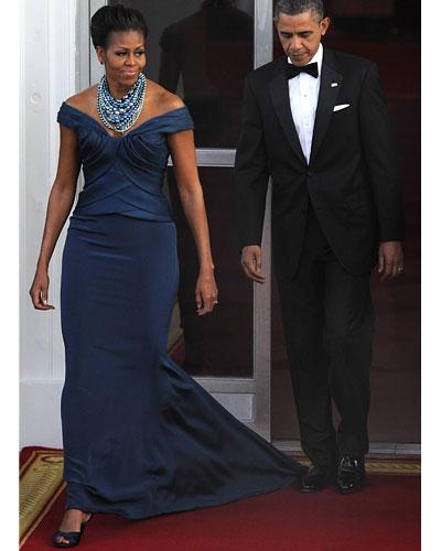 US-Wahl: Auf dem Weg zum Staatsdinner ins Weiße Haus. Michelle trug eine petrolblaue Robe von Marchesa, das Halsgeschmeide ist von Tom Binns.