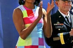 Vermutlich gibt es ungefähr eine Handvoll Frauen auf der Welt, denen dieses knallige Quadrat-Etuikleid stehen würde. Michelle Obama ist definitiv eine davon.