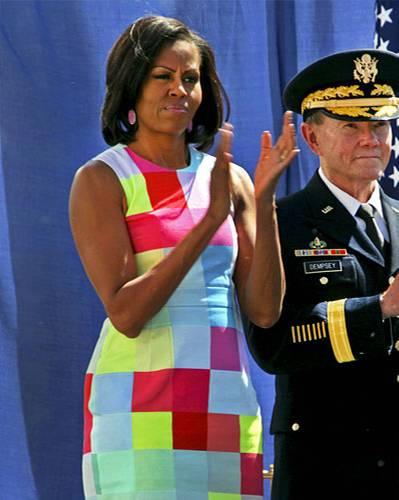 US-Wahl: Vermutlich gibt es ungefähr eine Handvoll Frauen auf der Welt, denen dieses knallige Quadrat-Etuikleid stehen würde. Michelle Obama ist definitiv eine davon.