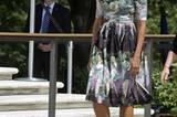 Dieses Kleid liebt Michelle Obama sehr. Sie trug es schon zu diversen Anlässen (angeblich sechs Mal), hier am Memorial Day am 28. Mai 2012. Die anthrazitfarbene Kreation mit pastelligem Blumenmuster stammt von Tracy Feith. Dazu kombiniert die First Lady dunkle, spitze Kitten Heels.