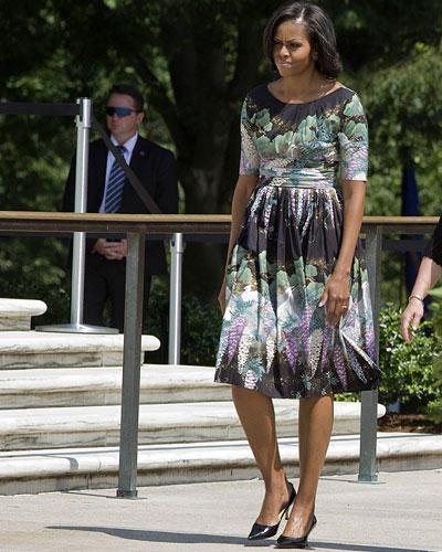 US-Wahl: Dieses Kleid liebt Michelle Obama sehr. Sie trug es schon zu diversen Anlässen (angeblich sechs Mal), hier am Memorial Day am 28. Mai 2012. Die anthrazitfarbene Kreation mit pastelligem Blumenmuster stammt von Tracy Feith. Dazu kombiniert die First Lady dunkle, spitze Kitten Heels.