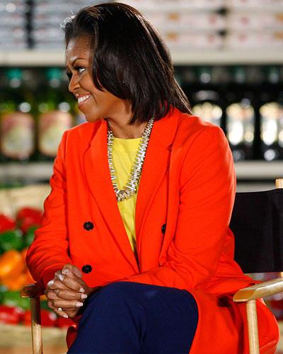 US-Wahl: Was für ein Farb-Match! Für Color-Blocking muss man ein Händchen haben - Michelle hat es. Hier im knallroten Long-Blazer mit gelbem Shirt und dunkelblauer Marlenehose während einer Forumsdiskussion in Kalifornien.