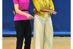 Lady-Gipfel im März: Michelle Obama mit der britischen First Lady Samantha Cameron (in Roksanda Ilincic gekleidet). Die Amerikanerin trägt Cardigan und Shirt der Designerin L'Wren Scott.