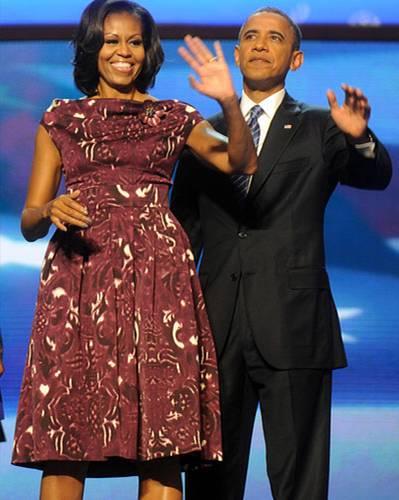 US-Wahl: Gleiches Event, neues Kleid: diesmal in bordeaux-weißem Muster mit Glockenrock.