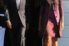 Warum das Präsidentenpaar hier nicht lacht? Liegt am Datum: 11. September. Und es gibt doch eine Farbe, die Michelle Obama häufig trägt: Himbeer, in diesem Ensemble im Farbverlauf.