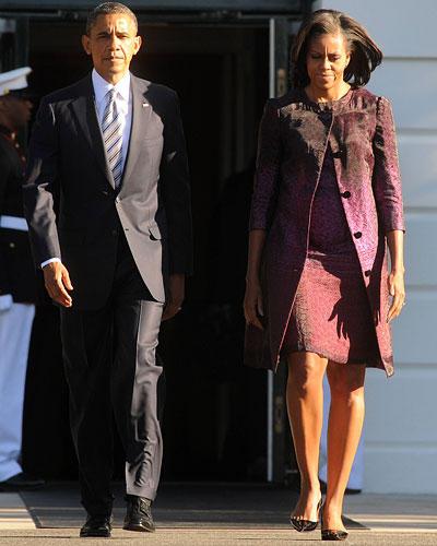 US-Wahl: Warum das Präsidentenpaar hier nicht lacht? Liegt am Datum: 11. September. Und es gibt doch eine Farbe, die Michelle Obama häufig trägt: Himbeer, in diesem Ensemble im Farbverlauf.