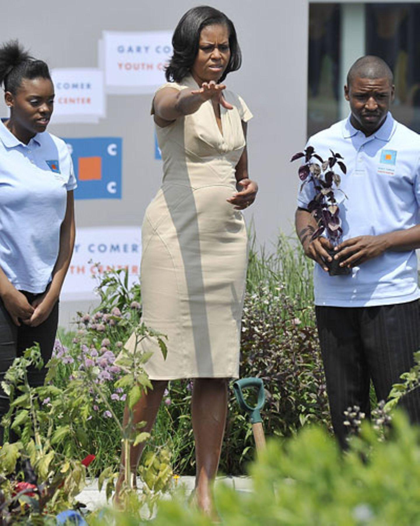 Gärtnern ist ihr Liebstes: Michelle im cremefarbenen Kleid auf einem Dachgarten in Chicago.