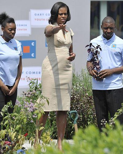 US-Wahl: Gärtnern ist ihr Liebstes: Michelle im cremefarbenen Kleid auf einem Dachgarten in Chicago.
