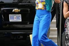 Michelle vorm Weißen Haus in Washington: kornblumenblaue Hose mit türkisem Strickjäckchen.