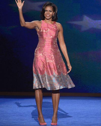 US-Wahl: Wie oft Michelle ihre Oberarme trainiert? Täglich. Hier finden Sie das Programm. Das Kleid, das Michelle auf der Wahlveranstaltung in North Carolina trägt, stammt von der Marke Tracy Reese, die Schuhe von einem ihrer Lieblings-Label J.Crew.
