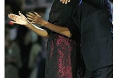 Die lange Wahlnacht in Chicago bestritt Michelle Obama im bordeauxroten Seidenkleid mit schwarzen Sprenkeln von Michael Kors. Übrigens kein neues Kleid - die First Lady wurde schon mal in diesem Dress gesichtet.