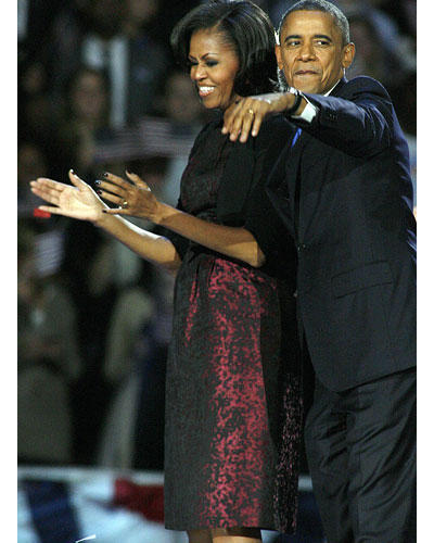 US-Wahl: Die lange Wahlnacht in Chicago bestritt Michelle Obama im bordeauxroten Seidenkleid mit schwarzen Sprenkeln von Michael Kors. Übrigens kein neues Kleid - die First Lady wurde schon mal in diesem Dress gesichtet.