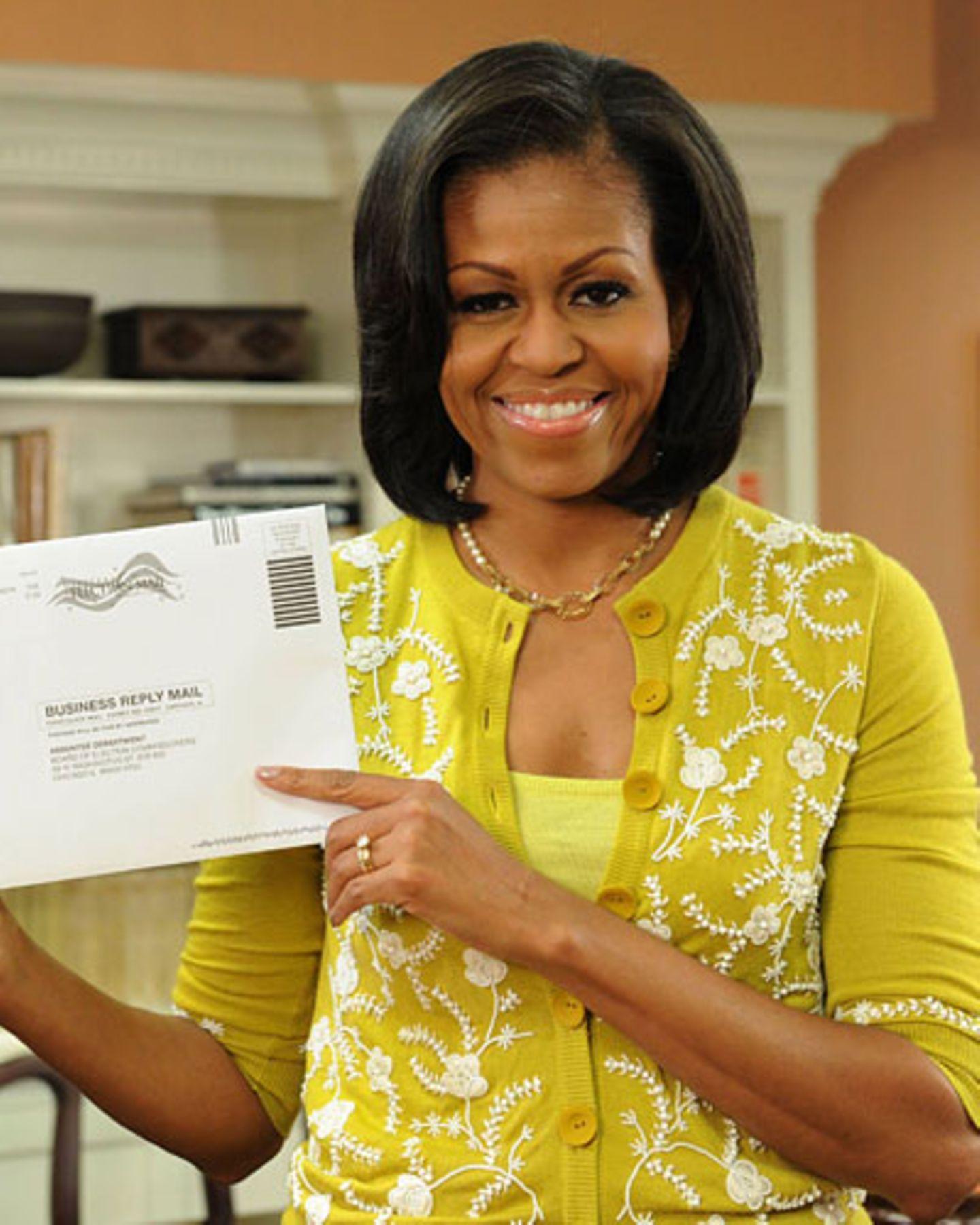 Zitronengelbes Top, Senfgelbe Strickjacke und goldige Kette. So absolvierte Michelle Obama die Briefwahl am 15. Oktober. Hat geholfen - der Sonnen-Look. Mehr bei BRIGITTE.de: Michelle Obama: So stylt sich die First Lady Michelle Obama: Die Unverstellte Macht-Schnitte: Frauen verändern ihre Frisuren