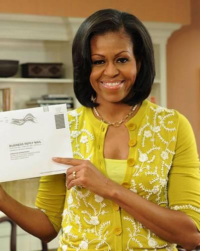 US-Wahl: Zitronengelbes Top, Senfgelbe Strickjacke und goldige Kette. So absolvierte Michelle Obama die Briefwahl am 15. Oktober. Hat geholfen - der Sonnen-Look.  Mehr bei BRIGITTE.de: Michelle Obama: So stylt sich die First Lady Michelle Obama: Die Unverstellte Macht-Schnitte: Frauen verändern ihre Frisuren
