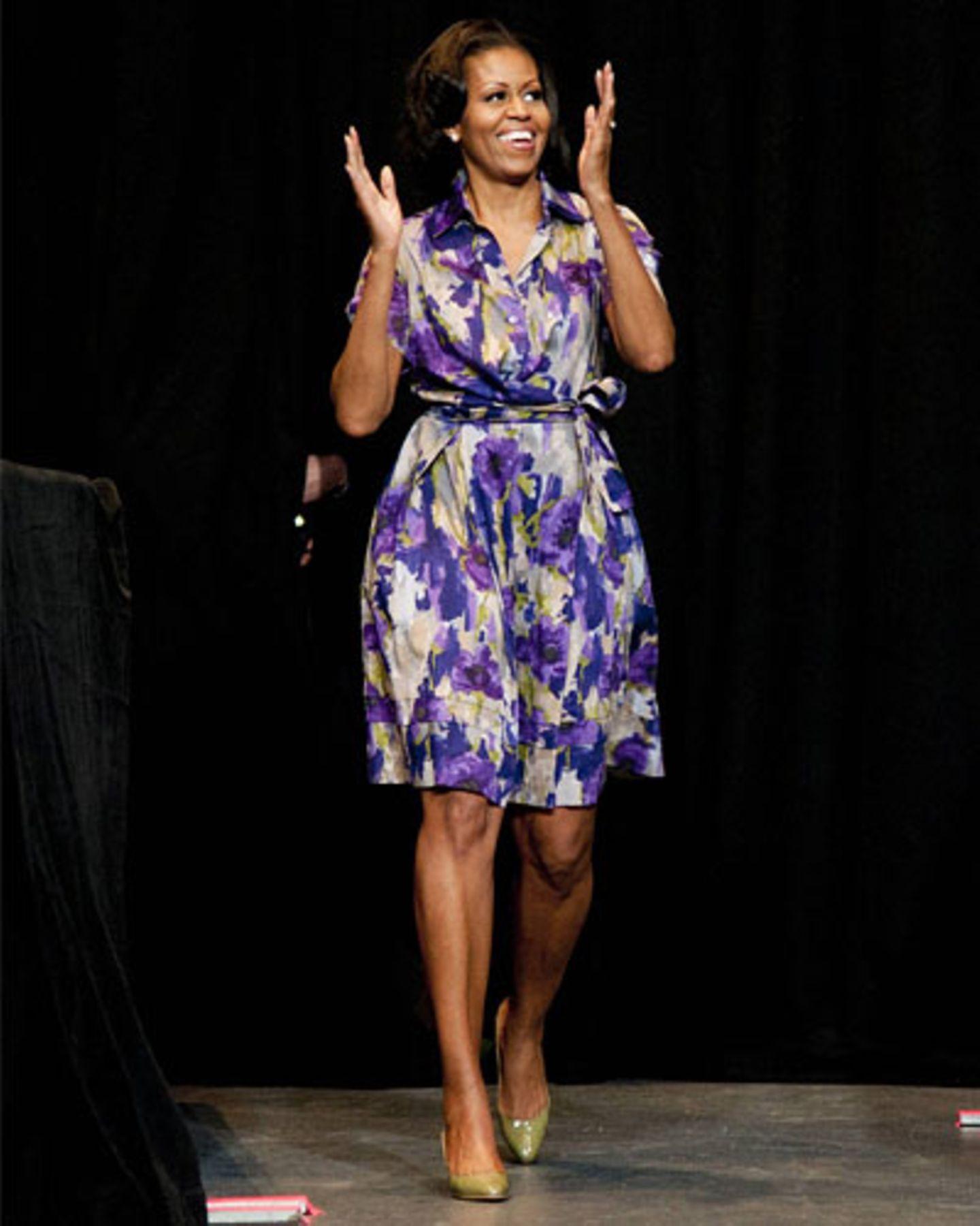 Powerlaune beim Wahlkampf auf den letzten Metern: Hier feuerte Michelle die demokratische Basis in Miami an, alles zu geben - noch fünf Tage bis zur Wahl waren es bei diesem Bild. Wir merken uns: Violett+Weiß+Grau (Hemdblusenkleid)+Schlammgrün (Lackpumps) = super Outfit.