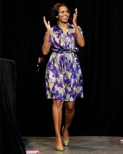 US-Wahl: Powerlaune beim Wahlkampf auf den letzten Metern: Hier feuerte Michelle die demokratische Basis in Miami an, alles zu geben - noch fünf Tage bis zur Wahl waren es bei diesem Bild. Wir merken uns: Violett+Weiß+Grau (Hemdblusenkleid)+Schlammgrün (Lackpumps) = super Outfit.