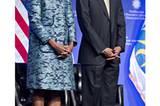 Februar 2012: Das Präsidentenpaar bei einer Museumsgrundsteinlegung in Washington. Michelle glänzte in einem Brokatmantel in unterschiedlichen Blautönen.