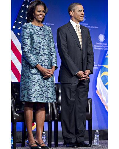US-Wahl: Februar 2012: Das Präsidentenpaar bei einer Museumsgrundsteinlegung in Washington. Michelle glänzte in einem Brokatmantel in unterschiedlichen Blautönen.