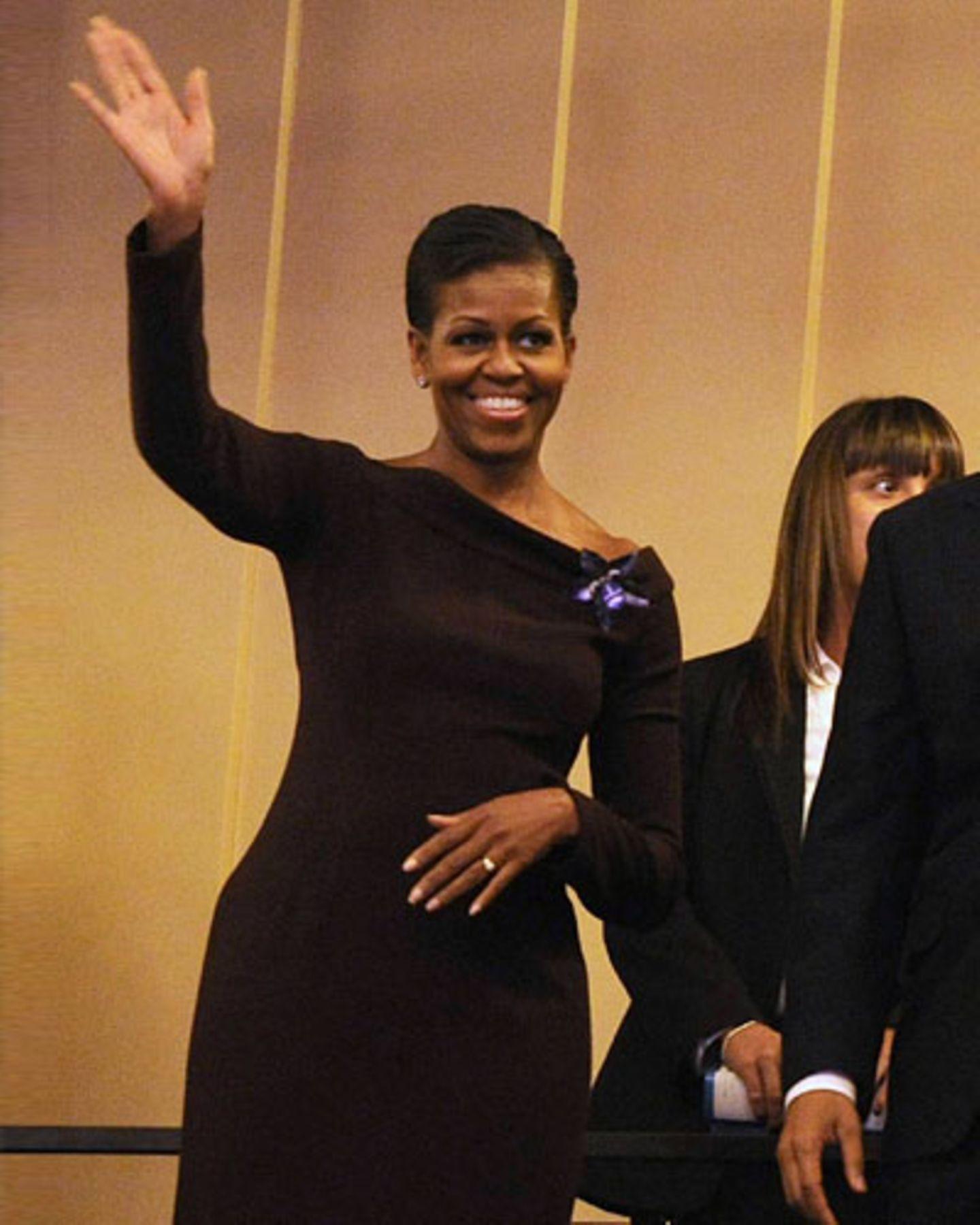 Eine Hommage an Jackie Kennedy: Black Dress im Sixties Stil und die Haare hoch gesteckt - ein eher seltenes Frisurenstyling bei Michelle.