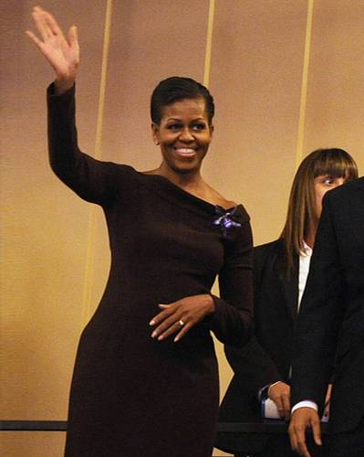 US-Wahl: Eine Hommage an Jackie Kennedy: Black Dress im Sixties Stil und die Haare hoch gesteckt - ein eher seltenes Frisurenstyling bei Michelle.