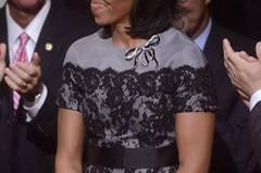 22. Oktober 2012: Der dritten Präsidentendebatte hörte Michelle ihrem Mann adrett in Grau mit Spitze und Schleifchen zu. Ein Kleid von Thom Browne.