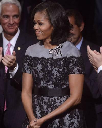 US-Wahl: 22. Oktober 2012: Der dritten Präsidentendebatte hörte Michelle ihrem Mann adrett in Grau mit Spitze und Schleifchen zu. Ein Kleid von Thom Browne.