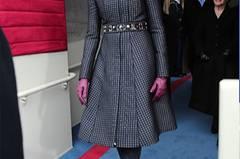Kleinkariert und trotzdem lässig? Kein Problem für Michelle Obama! Zur öffentlichen Vereidigung im winterlichen Washington wählte sie einen dunkel -und hellblau gemusterten Mantel des amerikanischen Designers Thom Browne, der dank Glitzer-Gürtel und Lederhandschuhen in Pink feierlich, aber nicht spießig wirkt.