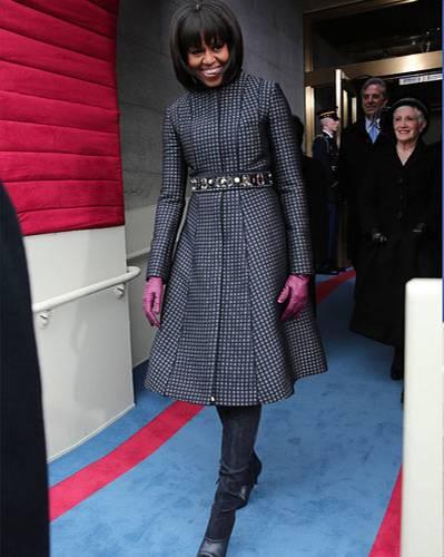 US-Wahl: Kleinkariert und trotzdem lässig? Kein Problem für Michelle Obama! Zur öffentlichen Vereidigung im winterlichen Washington wählte sie einen dunkel -und hellblau gemusterten Mantel des amerikanischen Designers Thom Browne, der dank Glitzer-Gürtel und Lederhandschuhen in Pink feierlich, aber nicht spießig wirkt.