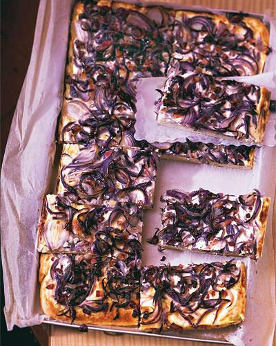 Nicht nur in der Federweißer-Saison ein Genuss: herzhafter Zwiebelkuchen mit Speck und saurer Sahne. Am besten direkt vom Blech weg essen, denn warm ist er am besten! Zum Rezept: Zwiebelkuchen mit Speck