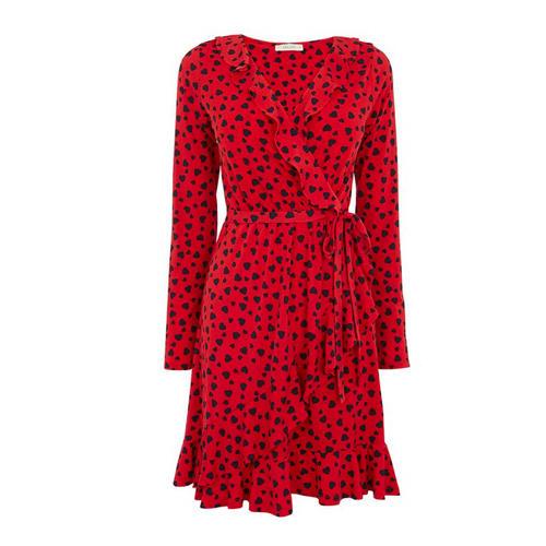 Rotes Wickelkleid mit kleinen Herzchen
