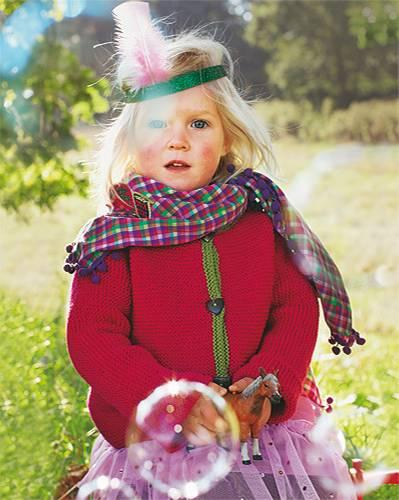 Zumindest, wenn man die Ärmel schön lang macht... Luises Jacke ist kinderleicht gestrickt - in einem Stück und kraus rechts -; und mit anderen Knöpfen wird daraus eine prima Jungsjacke! Wolle: Lang Yarns. Tüllrock: Ernsting's Family. Karierter Schal: Name it. Schmuck: privat.    Hier können Sie die Anleitungen für die Kinder-Strickmode herunterladen.